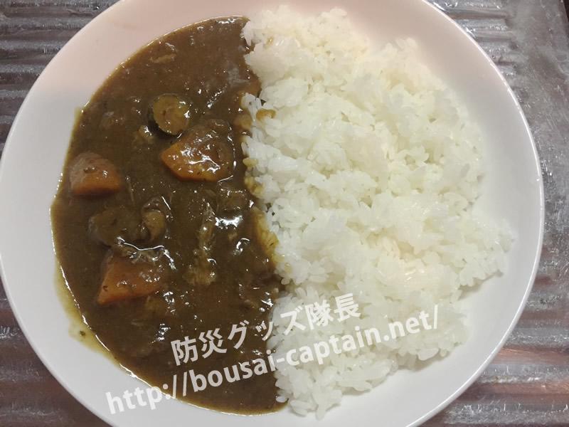 ビニール袋で炊いたご飯とカレー